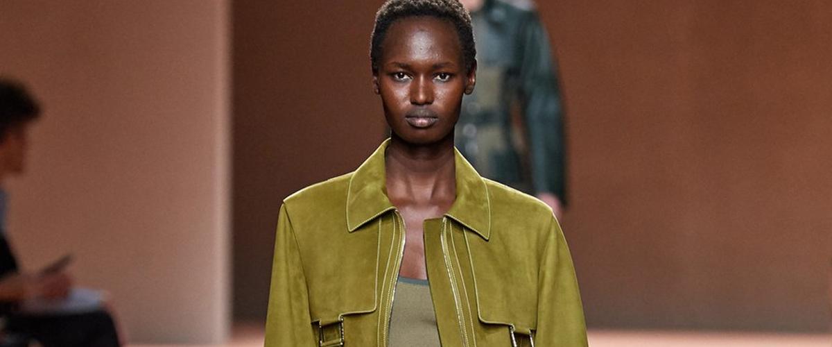 赋予奢华材质以全新生命力。在Hermès2020春夏系列中,NadègeVanhee-Cybulski继续施予魔法,用她入时的创意及低调的设计展..